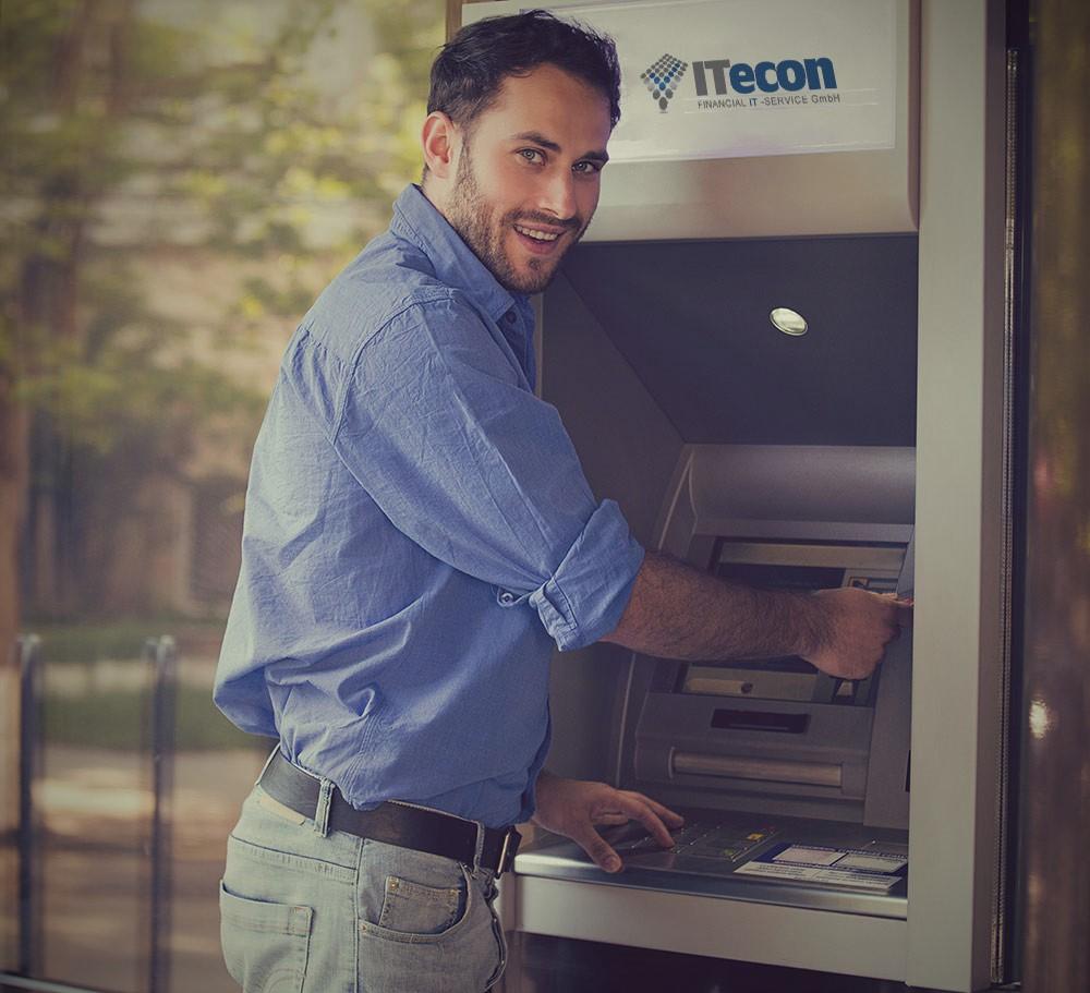 Bild zeigt Mann beim Geldabholen am Geldautomaten